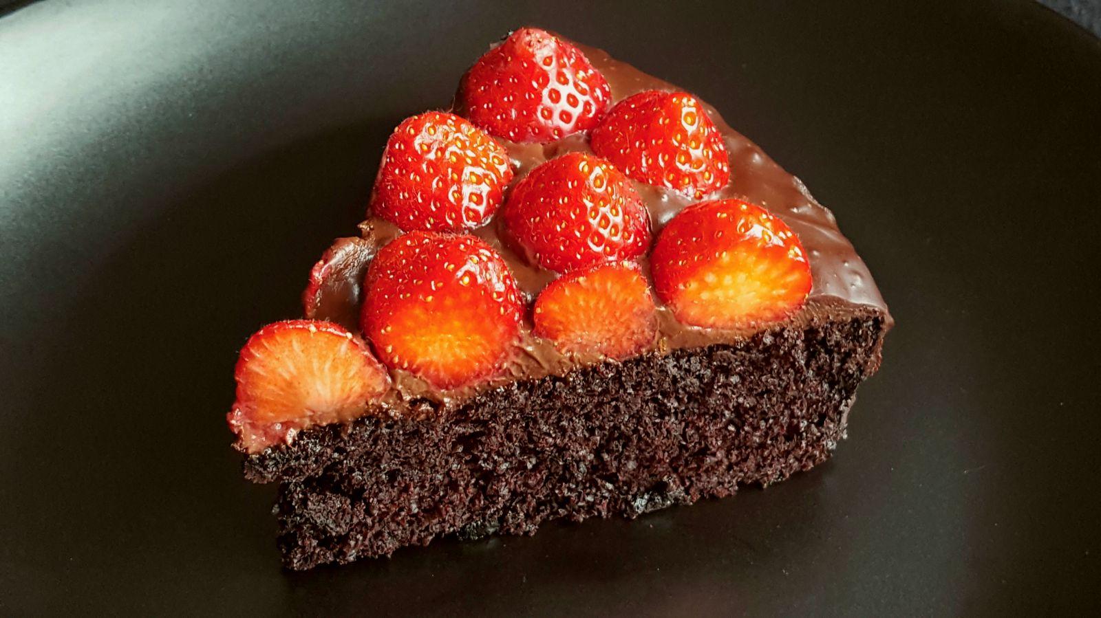 Punt chocoladetaart met aardbeien